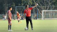 Novri Setiawan mendengarkan arahan pelatih Persija saat latihan jelang duel lawan Madura United (Liputan6.com/Helmi Fithriansyah)
