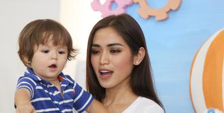 Mendidik anak memang harus dilakukan semenjak dini. Begitupun ketika Jessica Iskandar mengharapkan anaknya memiliki empati dan senang berbagi dengan sesama yang membutuhkan. (Galih W Satria/Bintang.com)