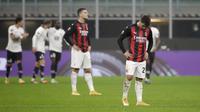 Gelandang AC Milan, Brahim Diaz (kanan) tertunduk setelah pemain Lille Yusuf Yazici mencetak gol pada pertandingan grup H Liga Europa di Stadion San Siro, di Milan, Italia, Kamis (5/11/2020). Lille menang telak atas AC Milan 3-0. (AP Photo/Luca Bruno)