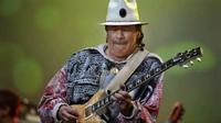 """Gitaris jazz asal Meksiko, Carlos Santana beraksi dalam """"Axis Java Jazz Festival 2011"""" pada hari pertama di Jakarta International Expo, Kemayoran, Jakarta, Jumat (4/3). (Antara)"""