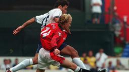 Jordi Cruyff. Gelandang serang putra dari Johan Cruyff ini didatangkan Manchester United dari Barcelona pada musim 1996/1997. Akibat rentan cedera, total 4 musim ia hanya bermain dalam 58 laga dengan mengoleksi 8 gol. Ia kembali ke LaLiga pada 2000/2001 menuju Alaves. (Foto: AFP/Adrian Dennis)