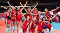 Para pemain Serbia merayakan kemenangan atas Italia dalam pertandingan perempat final bola voli Olimpiade Tokyo 2020 di Ariake Arena, Tokyo, Jepang, Rabu, 4 Agustus 2021. (PEDRO PARDO / AFP)