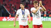 Pemain Bayern Munchen, Thomas Mueller dan Robert Lewandowski, merayakan kemenangan pada laga Piala Super Eropa 2020 di Puskas Arena, Budapest, Jumat (25/9/2020) dini hari WIB. Bayern Munchen menang 2-1 atas Sevilla. (AFP/Tibor Illyes/pool)