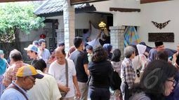 Sejumlah keluarga dan kerabat saat mendatangi rumah duka almarhum Ferrasta Soebardi atau lebih akrab disapa Pepeng di kawasan Bumi Pusaka Cinere, Depok, Jawa Barat, Rabu (6/5/2015).(Liputan6.com/Helmi Afandi)