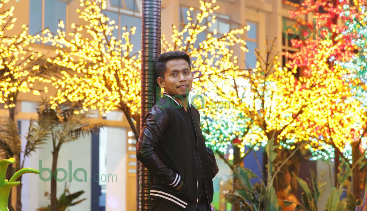 Tenar, jago, berlimpah uang, plus tampilan wajah rupawan, itulah trademark Andik Vermansah sekarang ini setelah dua tahun bermain dan menjadi bintang tim Selangor FA. (Bola.com/Nicklas Hanoatubun)