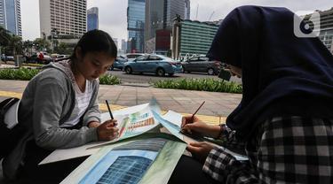 Dua mahasiswa Institut Kesenian Jakarta melukis suasana di sekitar kawasan Bundaran HI Jakarta, Kamis (5/12/2019). Kegiatan melukis ini merupakan salah satu tugas bagi mahasiswa baru guna mengembangkan keahlian dalam bidang seni rupa. (Liputan6.com/Faizal Fanani)