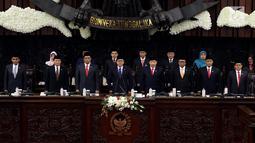 Ketua MPR Zulkifil Hasan (empat kiri) didampingi tujuh Wakil Pimpinan MPR memimpin Sidang Paripurna MPR, Jakarta, Senin (26/3). MPR resmi memiliki delapan pimpinan. (Liputan6.com/JohanTallo)