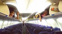 Pramugari Cantik Berpose lucu di kabin pesawat usai penerbangan