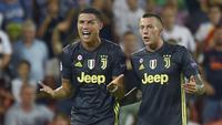 Reaksi pemain Juventus, Cristiano Ronaldo (kiri), saat menerima kartu merah pada laga Liga Champions melawan Valencia, di Mestalla, Rabu (19/9/2018). (AFP/Jose Jordan)