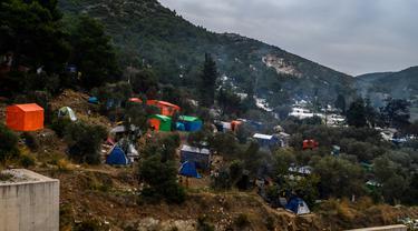 Pemandangan lereng bukit yang ditutupi dengan tenda di kamp pengungsi di pulau Samos, Yunani (13/11/2019). Kamp Samos, awalnya dibangun untuk menampung 650 orang, telah lama melampaui batas-batasnya. (AFP Photo/Angelos Tzortzinis)