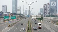 Kendaraan melintasi ruas jalan tol di Jakarta, Minggu (10/5/2020). Kepala Badan Pengatur Jalan Tol Danang Parikesit mengatakan, penurunan lalu lintas harian rata-rata (LHR) kendaraan jalan tol selama PSBB di DKI, Jawa Barat dan Banten berkisar 42 persen - 60 persen. (Liputan6.com/Immanuel Antonius)