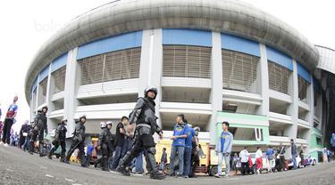 Pihak kepolisian melakukan pengamanan sebelum pembukaan Piala Presiden 2018 di Stadion GBLA, Bandung, Selasa (16/1/2018). Acara ini rencananya akan dibuka oleh Presiden Joko Widodo. (Bola.com/M Iqbal Ichsan)