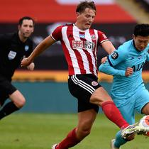 Penyerang Tottenham Hotspur, Son Heung-min berusaha melewati pemain Sheffield United, Sander Berge pada pertandingan lanjutan Liga Inggris di Bramall Lane di Sheffield, Inggris (2/7/2020). Sheffield United menang telak 3-1 atas Tottenham. (Oli Scarff/Pool via AP)
