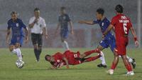 Gelandang Persija Jakarta, Riko Simanjuntak (tengah) terjatuh saat melawan PSIS Semarang dalam laga pekan kedua BRI Liga 1 2021/2022 di Indomilk Arena, Tangerang, Minggu (12/9/2021). Kedua tim bermain imbang 2-2. (Foto: Bola.Com/M. Iqbal Ichsan)