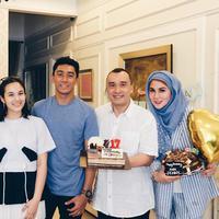 Chelsea Islan bersama Daffa Wardhana, Denny Wardhana, dan Marini Zumarnis (Instagram/daffawardhana)