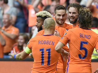 Para pemain Belanda merayakan gol Davy Propper saat melawan Bulgaria pada laga grup A kualifikasi Piala Dunia 2018 di Amsterdam, (3/9/2017). Belanda menang 3-1. (AFP/John Thys)