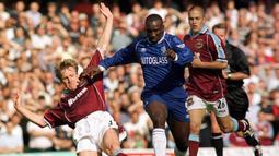 Stuart Pearce (kiri). Bek Inggris ini mencetak gol terakhirnya di Liga Inggris di usia 38 tahun, 7 bulan dan 1 hari saat West Ham menghadapi Southampton, 25 November 2000. Total ia mencetak 20 gol, 7 assist dan 52 clean sheet dalam 202 laga selama berkiprah di Liga Inggris. (AFP/Roger Parker)