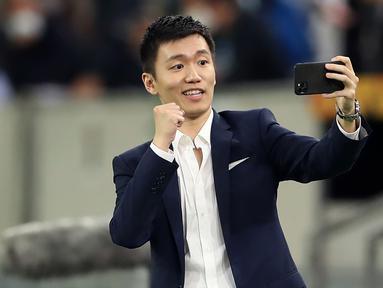 Presiden Inter Milan, Steven Zhang, melakukan swafoto usai tim nya mengalahkan Shakhtar Donetsk pada laga semifinal Liga Europa di Dusseldorf Arena, Selasa (18/8/2020). Inter Milan akan berjumpa Sevilla di final. (Lars Baron/Pool via AFP)