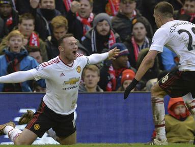 Pemain Manchester United, Wayne Rooney (kiri) merayakan gol yang dicetaknya saat laga melawan Liverpool di Stadion Anfield, Liverpool, (17/1/ 2016).  (AFP Photo/Paul Ellis)