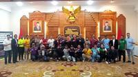 Diskusi Suporter Jatim jelang Piala Gubernur Jatim 2020 di Gedung Grahadi, Surabaya (9/2/2020). (Bola.com/Aditya Wany)