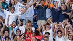 Pemain baru Real Madrid, Eden Hazard berselfie dengan fans saat diperkenalkan di stadion Santiago Bernabeu di Madrid, Spanyol (13/6/2019). Eden Hazard dibeli dari Chelsea senilai 100 juta euro. (AP Photo/Manu Fernandez)