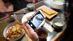 Pelanggan memotret hidangan di sebuah restoran vegetarian di Kunming, Provinsi Yunnan, China barat daya, pada 14 Juni 2020. Dalam beberapa tahun terakhir, hidangan vegetarian menjadi populer di kalangan konsumen karena semakin banyak restoran vegetarian bermunculan di Kunming. (Xinhua/Chen Xinbo)