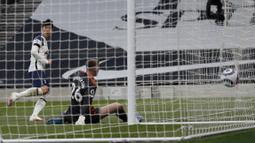 Spurs akhirnya sukses menjebol gawang Dean Henderson lewat sebuah kerja sama tim yang apik kemudian sukses dituntaskan Son menjadi gol. (Foto: AP/Pool/Adrian Dennis)