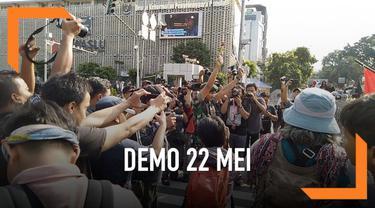 Peserta aksi unjuk rasa  memberikan bunga kepada tentara yang ikut mengawal jalannya aksi unjukrasa di sekitar gedung Bawaslu Rabu (22/5) siang.