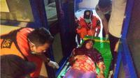 Aswati (30) saat ditandu dari atas kapal sesudah melahirkan diatas Kapal Jetliner. (Liputan6.com/Ahmad Akbar Fua)
