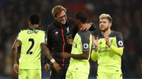 Manajer Liverpool, Jurgen Klopp (dua dari kiri) berbincang dengan gelandang Georginio Wijnaldum, usai laga kontra Crystal Palace, di Stadion Selhurst Park, Sabtu (29/10/2016). Liverpool harus bekerja keras untuk menundukkan tuan rumah dengan skor 4-2.  (