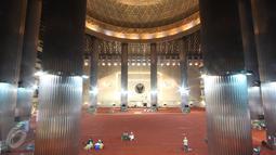 Suasana di dalam Masjid Istiqlal, Jakarta, Rabu (1/3). H-1 jelang kedatangan Raja Arab Saudi Salman bin Abdulaziz al-Saud ke Masjid Istiqlal penjagaan personel TNI mulai tampak di sejumlah sudut. (Liputan6.com/Immanuel Antonius)