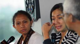 Sutradara film dokumenter Tanah Mama, Asrida Elisabeth (kiri) menyimak keterangan yang dipaparkan Nia Dinata tentang proses pembuatan film dokumenter Tanah Mama di kantor redaksi Liputan6.com, Jakarta (9/1/2015). (Liputan6.com/Helmi Fithriansyah)
