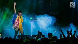 Penampilan vokalis band The Upstairs dalam acara Synchronize Festival dikawasan Jiexpo, Jakarta, Jumat (5/10). Dalam penampilanya The Upstairs membawakan lagu terbaiknya seperti Matraman, Disko Darurat, Terekam. (Liputan6.com/Faizal Fanani)