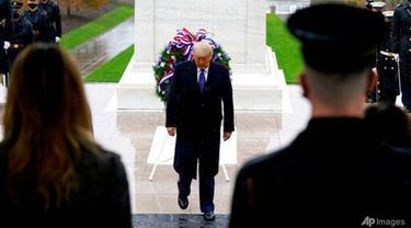 Presiden Donald Trump berpartisipasi dalam upacara peletakan karangan bunga Hari Veteran di Makam Prajurit Tak Dikenal di Pemakaman Nasional Arlington di Arlington, Virginia, pada Rabu, 11 November 2020.