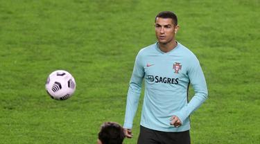 Penyerang Portugal, Cristiano Ronaldo berusaha mengontrol bola selama sesi latihan di stadion Poljud di Split (16/11/2020). Portugal akan bertanding melawan Kroasia pada UEFA Nations League 2020 di Stadion Poljud, Split. (AFP/Denis Lovrovic)