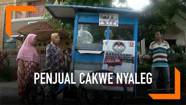 Seorang penjual cakwe keliling maju sebagai caleg DPRD Bekasi. Ia punya cara unik berkampanye kepada warga di daerah pemilihannya.