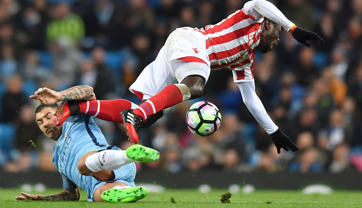 Pemain Manchester City, Aleksandar Kolarov (kiri) menghadang laju pemain Stoke City, Mame Biram Diouf pada lanjutan Premier League di Etihad Stadium, (8/3/2017). Manchester City bermain imbang 0-0.  (AFP/Anthony Devlin)