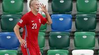 Gaya selebrasi Erling Haaland dipersembahkan untuk sang idola, Michu. Berkat dua golnya, Norwegia mengalahkan Irlandia Utara dengan skor 5-1, Selasa (8/9/2020) dini hari WIB. (Paul Faith / AFP)