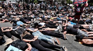 Demonstran Tiarap di Jalan