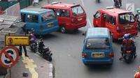 Pemandangan kendaraan terjebak macet saat melintas di kawasan Lenteng Agung, Jakarta Selatan, Minggu (23/9). Kurang tegasnya petugas menertibkan angkot yang mengetem sembarangan memperparah kemacetan di kawasan tersebut. (Liputan6.com/Immanuel Antonius)