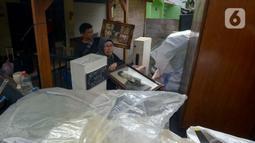 Warga memindahkan barang-barang saat proses pengosongan rumah dinas Kodam Jaya di Jakarta Pusat, Kamis (30/1/2020). Sebanyak 10 rumah dikosongkan karena penghuni tidak memiliki hak izin tinggal di rumah tersebut. (merdeka.com/Imam Buhori)