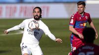 Gelandang Real Madrid, Isco, mengontrol bola saat melawan Elche pada laga Liga Spanyol di Stadion Alfredo di Stefano, Sabtu (13/3/2021). Real Madrid menang dengan skor 2-1. (AP/Bernat Armangue)
