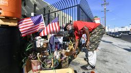 Veteran AS, Kendrick Bailey menata tempat tinggalnya yang berada di perkampungan tunawisma di Los Angeles, California (10/11). Usai Obama turun dari jabatan Presiden AS, Kendrick Bailey hidup di jalan sebagai tunawiswa. (AFP Photo/Frederic J. Brown)