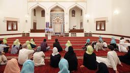Wisatawan asing belajar tentang puasa dan budaya Uni Emirat Arab (UEA) selama Ramadan di Masjid Jumeirah, Dubai, UEA, Jumat (17/5/2019). (REUTERS/Satish Kumar)