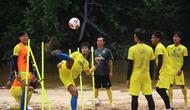 Pemain Arema FC, M. Rafli, saat berlatih di Pantai Ngantep, Kabupaten Malang, Rabu (23/9/2020). (Bola.com/Iwan Setiawan)