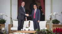 Presiden Joko Widodo (Jokowi) dan Perdana Menteri (PM) Belanda Mark Rutte berjabat tangan di beranda belakang Istana Merdeka, Jakarta, Rabu (23/11). Jokowi dan PM Belanda melakukan pembicaraan khusus empat mata. (Liputan6.com/Faizal Fanani)