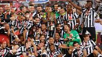 Para pemain Juventus berpesta merayakan keberhasilan meraih gelar juara Coppa Italia usai mengalahkan Lazio di Final Coppa Italia di Olimpico Roma, Italia, Rabu (20/5/2015). Ini merupakan gelar ke 10 Juventus di coppa italia. (Reuters/Giampiero Sposito)