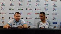 Pelatih Stapac Jakarta, Giedrius Zibenas (kiri) dan sang pemain, Kaleb Kaleb Ramot Gemilang. (Bola.com/Yus Mei Sawitri)