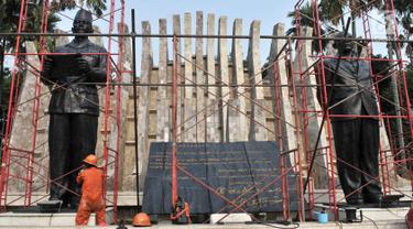 Pekerja Pusat Konservasi Dinas Pariwisata dan Kebudayaan Provinsi DKI Jakarta mengonservasi patung Soekarno-Hatta di Taman Proklamasi, Jakarta, Kamis (8/8/2019). Konservasi dua patung proklamator dan Tugu Proklamasi dalam rangka menyambut HUT ke-74 RI. (merdeka.com/Iqbal Nugroho)