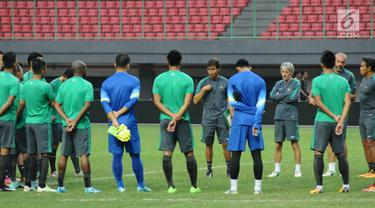 Pelatih Timnas Indonesia, Luis Milla (tengah) memberi arahan jelang latihan resmi di Stadion Patriot Candrabhaga, Bekasi (1/9). Timnas Indonesia akan melakoni laga persahabatan dengan Fiji pada Sabtu (2/9). (Liputan6.com/Helmi Fithriansyah)